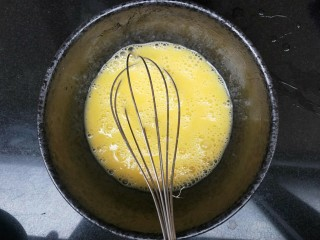 虾皮奶酪蛋羹,鸡蛋使劲打散,因为蛋清不好打