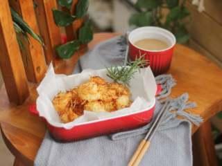 椰丝烤虾仁,程序结束后,取出烤好的椰丝虾球。