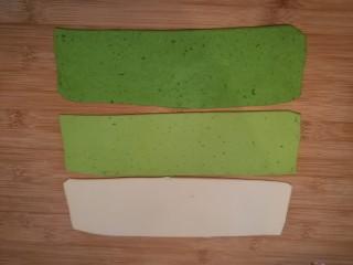 造型馒头 ——大葱卷,将白色、绿色、浅绿色三块面团分别擀成长方形的面片。