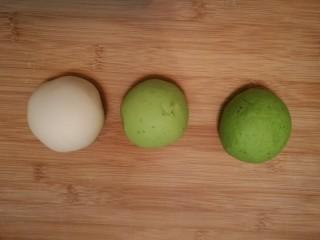 造型馒头 ——大葱卷,取一块白色面团,再取一块绿色面团。将白色面团和绿色面团混合揉在一起,揉成一块浅绿色的面团。