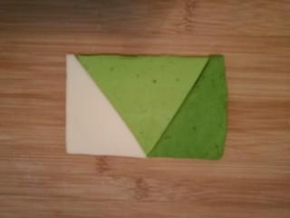 造型馒头 ——大葱卷,然后把每种面片切成三角形,再如图一样对齐,拼成一个长方形。