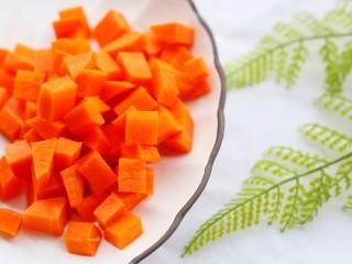 下饭神器小炒藕丁,胡萝卜切粒,豌豆剥皮。