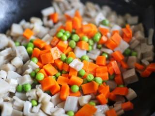 下饭神器小炒藕丁,加胡萝卜青豆翻炒。