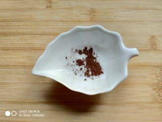 造型馒头 ——大葱卷,提前准备少量的可可粉。
