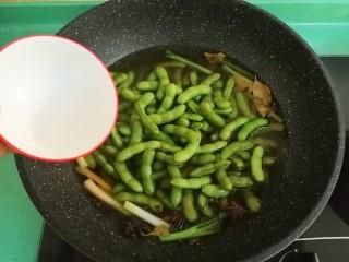 五香毛豆,接着赶紧放一汤匙白醋进去,为了毛豆煮出来颜色漂亮