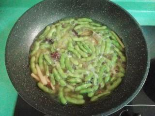 五香毛豆,喜欢生一点的,煮十分钟即可关火,喜欢软烂的煮十五分钟,关火后不用盖盖子,放冰箱卤过夜或者卤三小时以上就可以吃啦