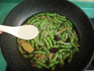五香毛豆,加入一汤匙白酒,不用盖盖子继续煮十分钟