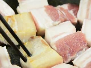 简易版的春笋红烧肉,超级下饭的硬菜,锅中加一点油,放入五花肉小火慢慢煎出肥肉的油脂。