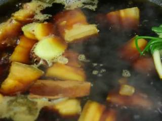 简易版的春笋红烧肉,超级下饭的硬菜,倒入开水没过猪肉,再加入八角、桂皮、姜片、葱结、料酒、生抽、老抽、冰糖。