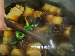 简易版的春笋红烧肉,超级下饭的硬菜,大火烧开,撇去浮沫。