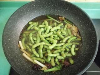 五香毛豆,加入洗干净的毛豆