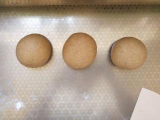 全麦红糖吐司,将面团平均分3份松弛10分钟