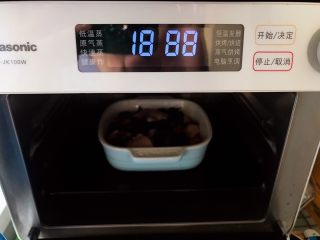 裙带菜香菇蒸鸡中翅,放入蒸箱