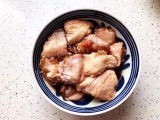 裙带菜香菇蒸鸡中翅,抓均匀,腌制,备用