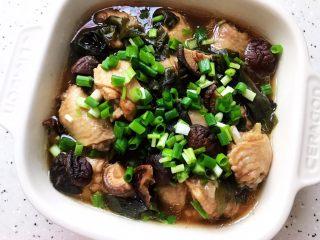 裙带菜香菇蒸鸡中翅,随意撒上小葱