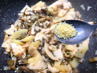 酸菜土豆烧春笋,8分钟煮好,汤汁差不多也快干了,加入适量鸡精和少许白糖翻炒均匀。
