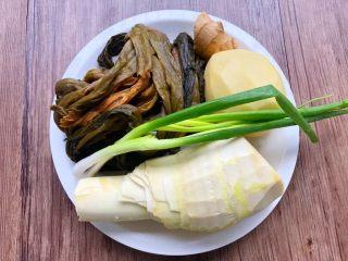 酸菜土豆烧春笋,食材合影
