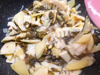 酸菜土豆烧春笋,加入适量水,大概200毫升左右,翻炒均匀,盖上盖子煮8分钟。