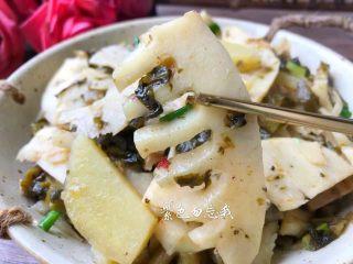 酸菜土豆烧春笋,美味的酸菜土豆烧春笋做好了,特别鲜美好吃,有了这盘菜,减肥又要搁浅了。