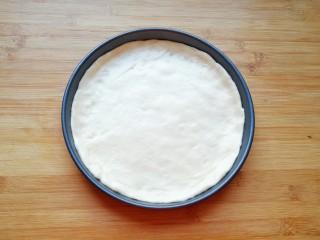紫薯披萨,擀成和模具一般大小面饼,放进披萨盘里。