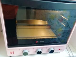 紫薯披萨,烤箱上下管190度预热。