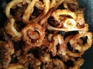 鱿鱼两吃——甜辣鱿鱼&炸鱿鱼,再加入适量孜然粉和辣椒粉,快速翻炒几下关火。 注意🌸倒入酱汁后翻炒要迅速,时间不宜过长,防止糊锅。只要酱汁裹到鱿鱼上就可以。
