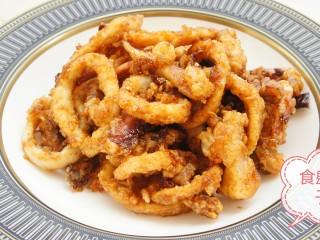 鱿鱼两吃——甜辣鱿鱼&炸鱿鱼,甜辣鱿鱼外层是脆的,表面的酱汁甜中带辣。