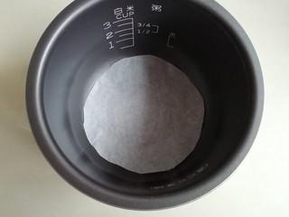电饭锅戚风蛋糕,电饭锅内胆铺一张油纸