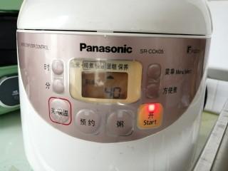 电饭锅戚风蛋糕,盖上盖子,选择蛋糕功能键,默认40分钟