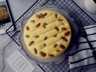 电饭锅戚风蛋糕,吃不完的蛋糕,可以放入冰箱密封冷藏保存,吃的时候再隔水加热