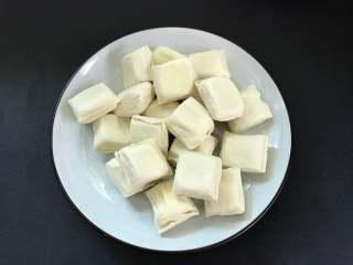 照烧豆腐,小豆腐清洗干净沥干水分后再用厨房纸吸干。