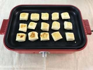 照烧豆腐,一面煎好后翻面煎另一面,煎至两面呈金黄色。