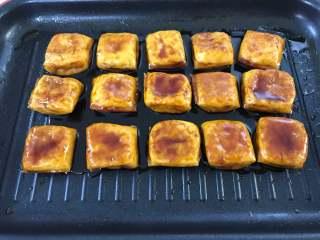 照烧豆腐,煮至豆腐入味,汤汁变浓稠就可以关火了。