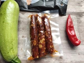 西葫芦炒腊肠, 准备好所需要的主要食材备用。腊肠是略微带点麻辣味的。