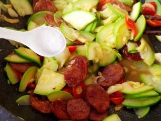 西葫芦炒腊肠,最后加食盐,不要加太多,腊肠本身就有咸味!