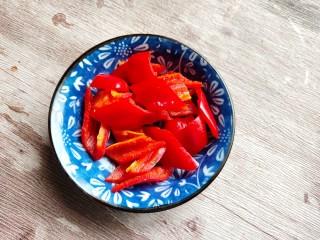 西葫芦炒腊肠,一个红椒洗净切片装盘备用!
