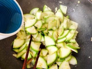 西葫芦炒腊肠,加入西葫芦,顺便加一点点热水。