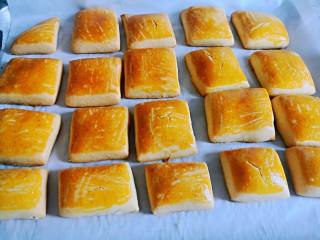 东北老式大饼干,入烤箱,170度烤二十分钟。