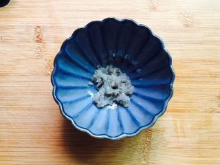 鲜美虾仁蒸蛋羹,三只虾仁剁成虾蓉,挤入数滴姜汁、料酒、蒸鱼豉油搅拌均匀