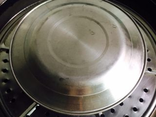 鲜美虾仁蒸蛋羹,锅里加水烧开把器皿放在蒸格上,取一个平盘盖上,盖上锅盖中火蒸八分钟