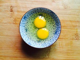 鲜美虾仁蒸蛋羹,两个鸡蛋打入碗中