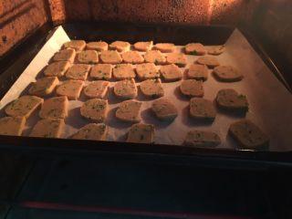 全麦香葱饼干,放入预热好的烤箱。
