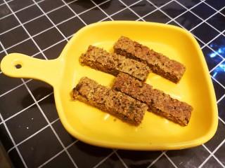 东北老式大饼干,家里还剩下一根熟透的香蕉,顺便烤了燕麦饼干吃。