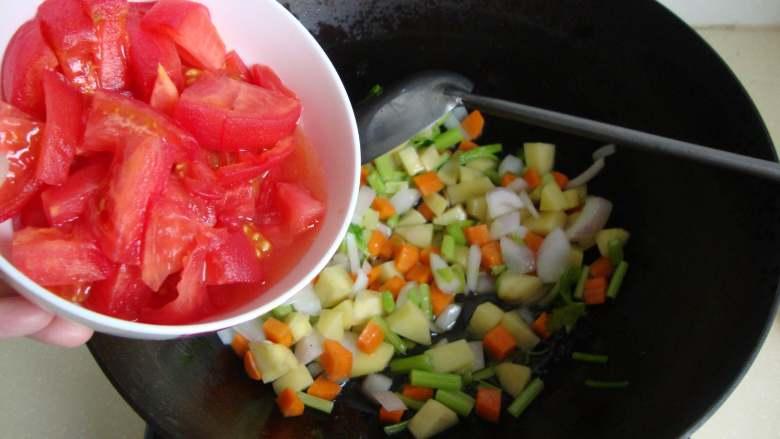 番茄蔬菜浓汤,放西红柿丁炒软