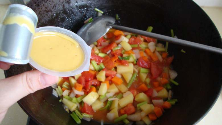 番茄蔬菜浓汤,放入鸡味浓汤宝