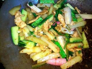 麻辣土豆水萝卜香锅,加入适量盐 ,大火翻炒均匀即可关火出锅