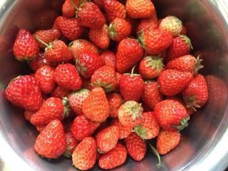 自制草莓酱,准备适量的新鲜草莓