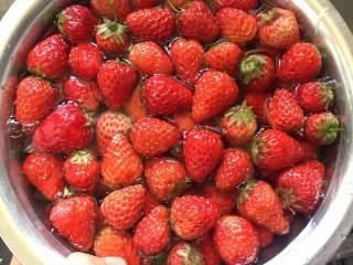 自制草莓酱,草莓中加入清水