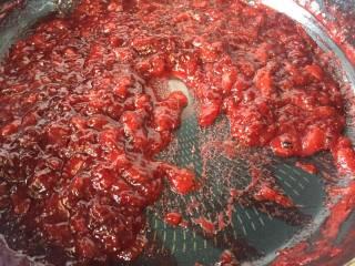 自制草莓酱,小火慢慢熬至草莓水分蒸发,变成这种厚厚的浓稠的酱就可以了,可以感觉到滑动有阻力,这样才算完成,要不然,水分多非常容易发霉哦