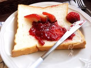 自制草莓酱,酸酸甜甜非常刺激味蕾,蘸面包,做酸奶杯,搭配燕麦粥,舒芙蕾,蛋糕等甜点都是很不错的选择,喜欢吗?
